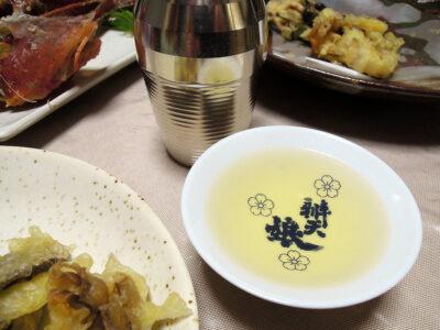 冨玲の熱燗で舞茸と平茸の天ぷらやほうぼうのから揚げをいただく