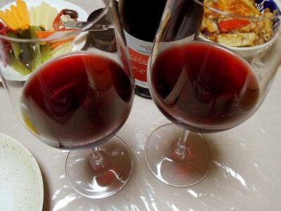 シチリアワイン、チェラスオーロ・ディ・ヴィットリアで水なすのミートグラタンや豚ばら肉と自家製ザワークラウトのトマト煮込みをいただく