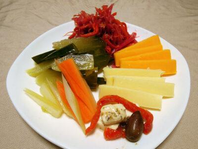 自家製発酵ピクルス、パープルスティックとのミックス・ザワークラウト、チーズの盛り合わせ