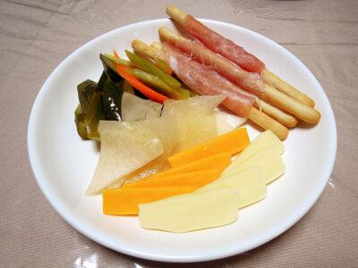 自家製発酵ピクルス、自家製発酵コールラビ、生ハムとグリッシーニ、チーズの盛り合わせ