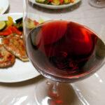 オーストリア(ブルゲンラント)ワイン、トマス・レーナー ツヴァイゲルト ノイジードラーゼー 2014で発酵コールラビとピクルス、チーズの盛り合わせやサルティンボッカをいただく