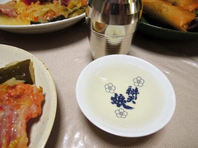 いづみ橋 恵の飛び切り燗でささみの燻製&チーズ、ピリ辛春巻き、豚バラ軟骨と自家製ザワークラウトの煮込みをいただく