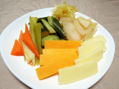自家製の発酵ピクルス、ザワークラウト、発酵コールラビとチーズの盛り合わせ